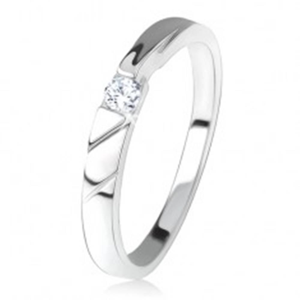 Šperky eshop Lesklá obrúčka, číry zirkón uprostred, ozdobné výrezy, striebro 925 - Veľkosť: 48 mm