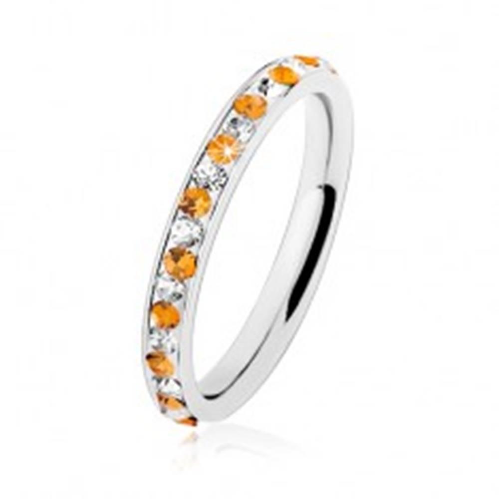 Šperky eshop Oceľový prsteň striebornej farby, číre a oranžové zirkóniky, biela glazúra - Veľkosť: 49 mm