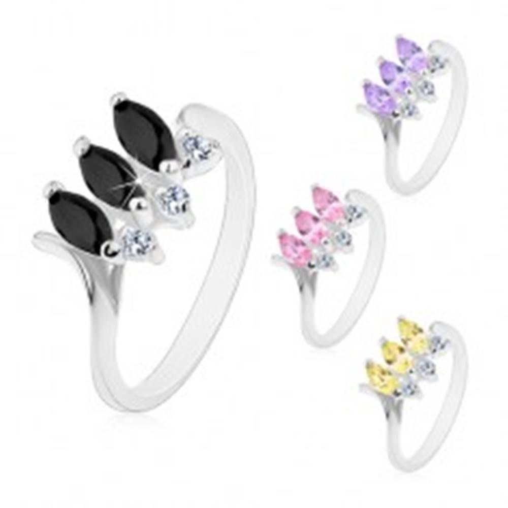 Šperky eshop Prsteň so zúženými zahnutými ramenami, tri farebné brúsené zrnká, číre zirkóniky - Veľkosť: 48 mm, Farba: Čierna
