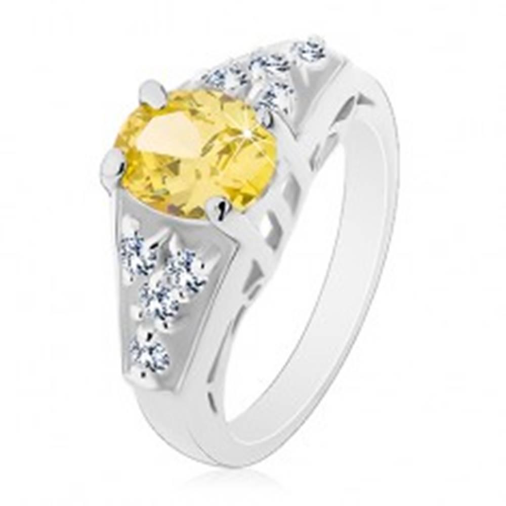 Šperky eshop Prsteň striebornej farby, zelenožltý oválny zirkón, štvorice čírych zirkónov - Veľkosť: 49 mm