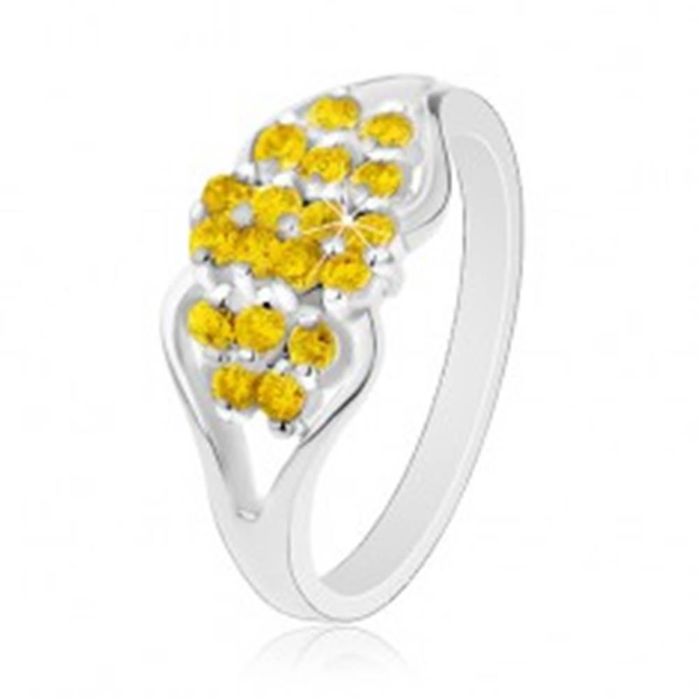 Šperky eshop Prsteň v striebornom odtieni, rozdelené ramená, okrúhle žlté zirkóniky - Veľkosť: 54 mm
