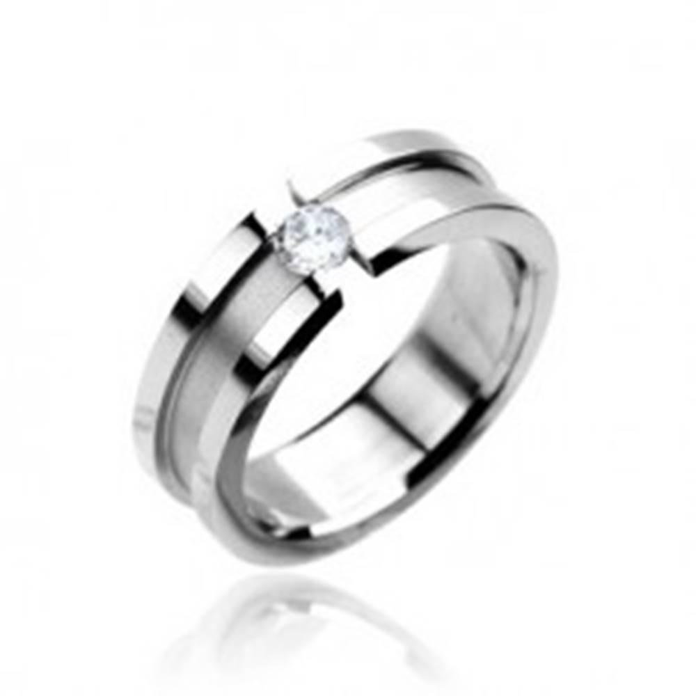 Šperky eshop Prsteň z chirurgickej ocele so zirkónom - matný pruh a lesklé okraje - Veľkosť: 48 mm