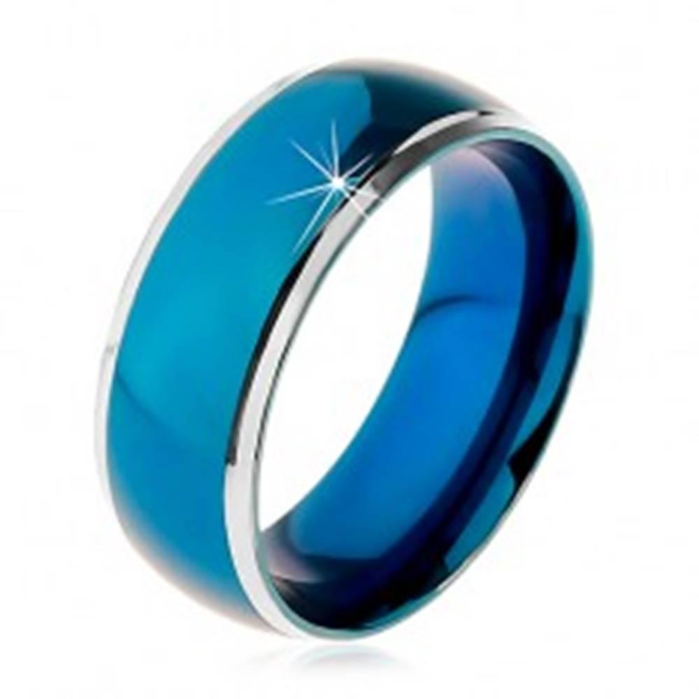Šperky eshop Prsteň z chirurgickej ocele, zaoblený modrý pruh, lemy striebornej farby, 8 mm - Veľkosť: 57 mm