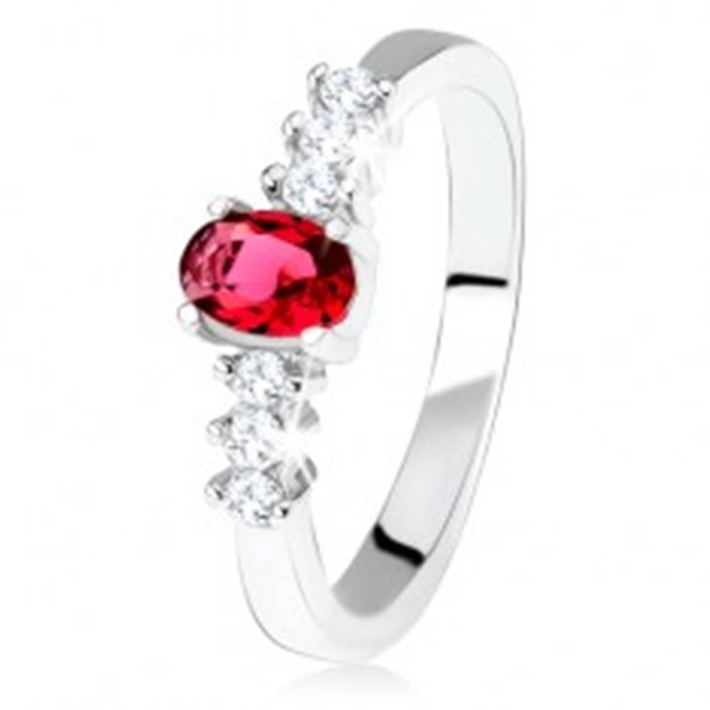 Šperky eshop Strieborný zásnubný prsteň 925, oválny červený kamienok, číre zirkóny - Veľkosť: 49 mm