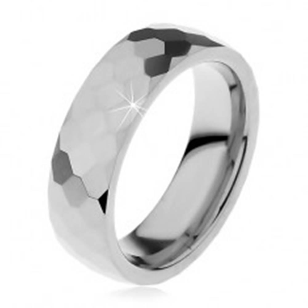 Šperky eshop Volfrámová obrúčka striebornej farby, vybrúsené lesklé šesťhrany, 6 mm - Veľkosť: 49 mm