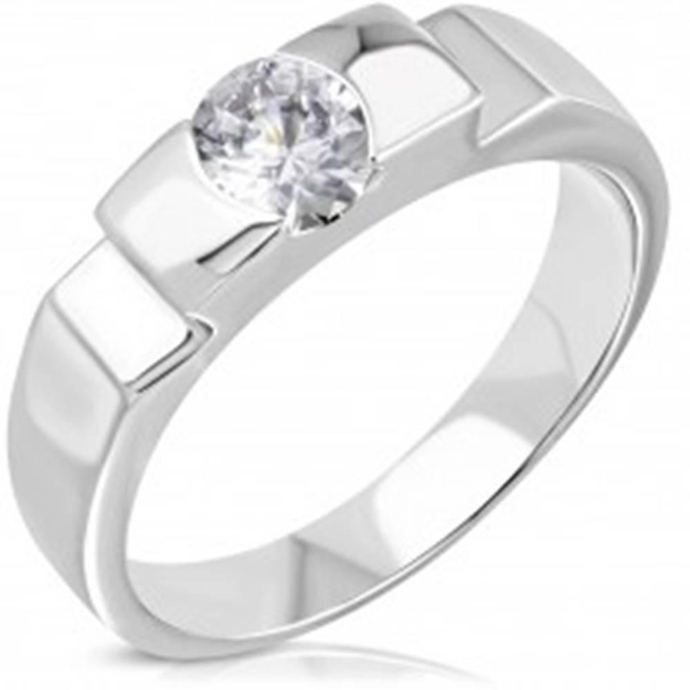Šperky eshop Zásnubný oceľový prsteň s vystupujúcim stredom a bočnými zárezmi - Veľkosť: 50 mm