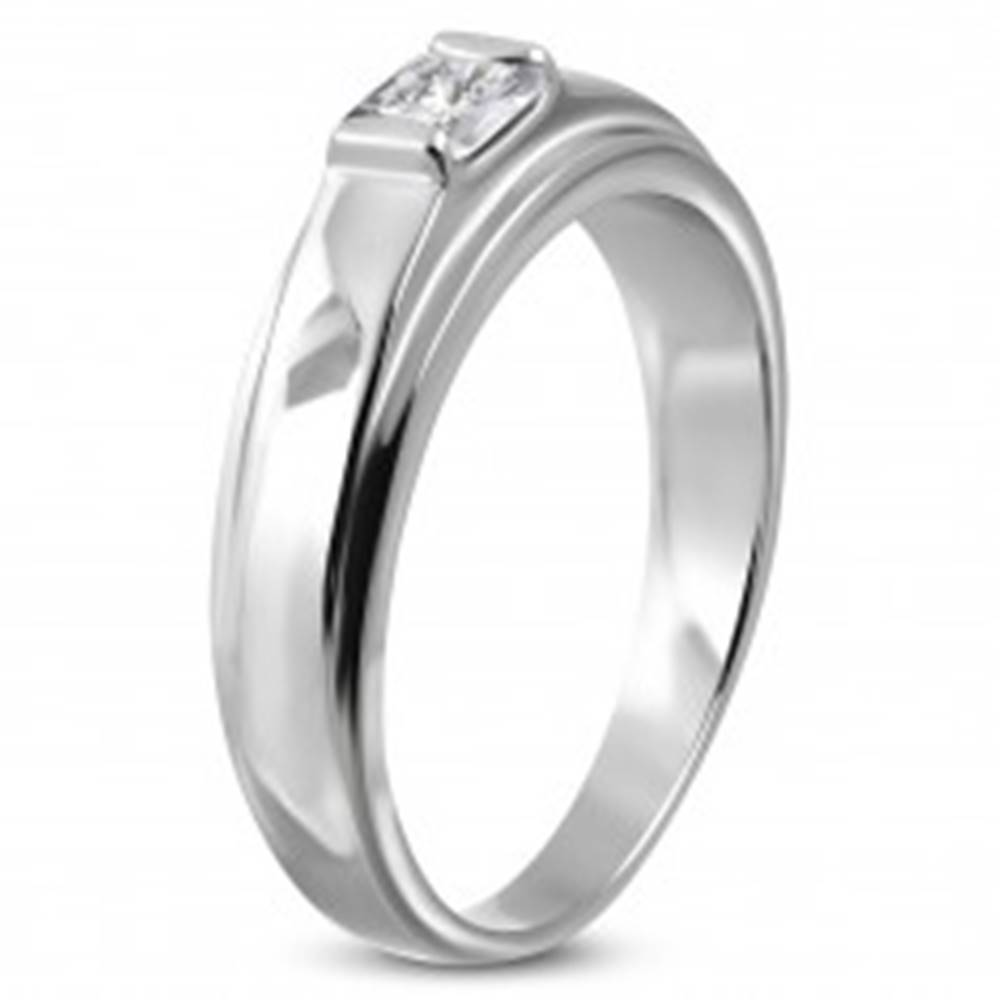 Šperky eshop Zásnubný prsteň z chirurgickej ocele, štvorcový zirkón na vyvýšenom podklade - Veľkosť: 49 mm