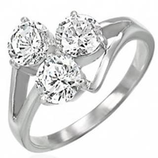Oceľový prsteň s troma čírymi zirkónmi na vystupujúcich líniách - Veľkosť: 48 mm