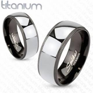 Titánová obrúčka striebristej farby s čiernym ozdobným okrajom - Veľkosť: 49 mm