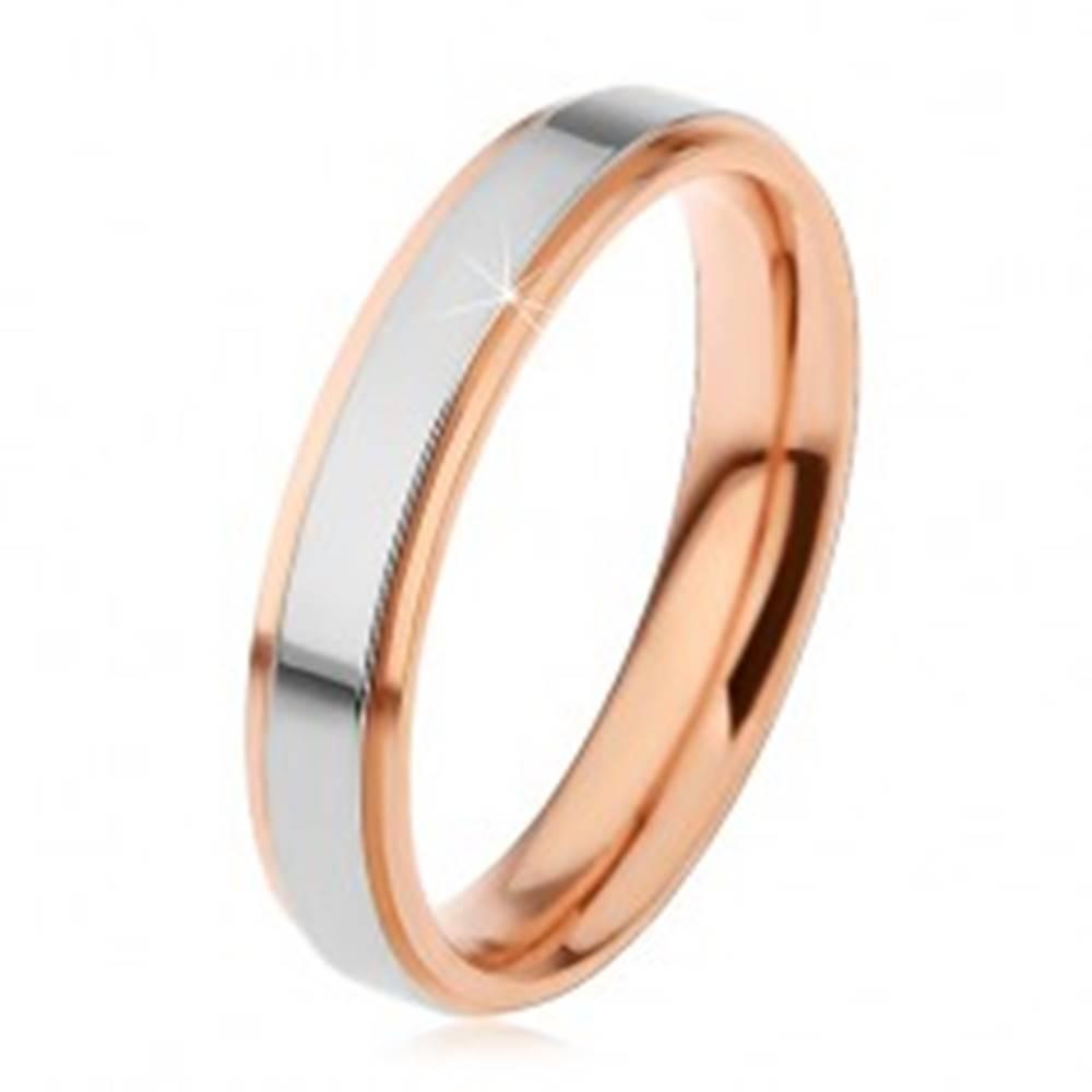 Šperky eshop Lesklá oceľová obrúčka, vyvýšený pás striebornej farby a medené okraje, 4 mm - Veľkosť: 49 mm