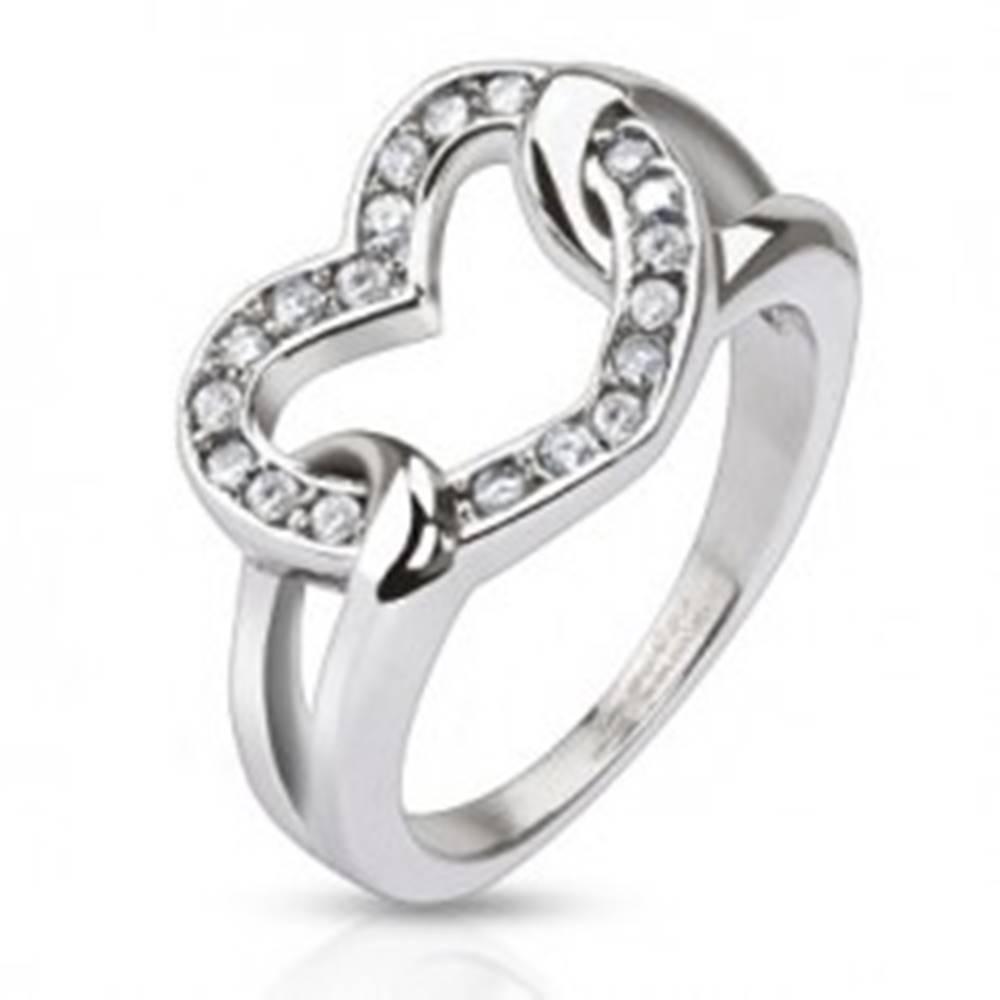 Šperky eshop Oceľový prsteň - lesklé zirkónové srdce v slučkách - Veľkosť: 49 mm