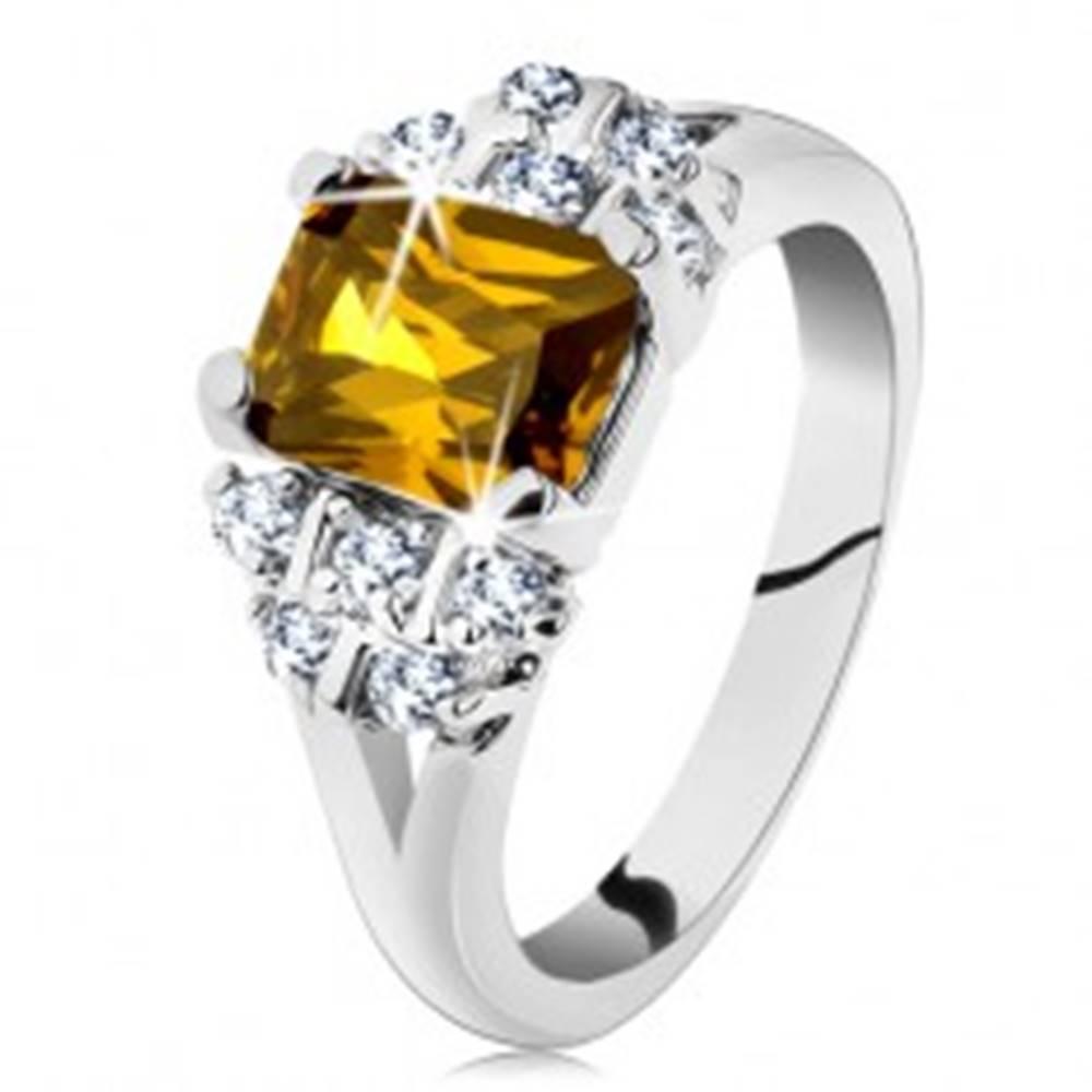 Šperky eshop Prsteň striebornej farby, žltý obdĺžnikový zirkón, číre zirkóniky - Veľkosť: 49 mm