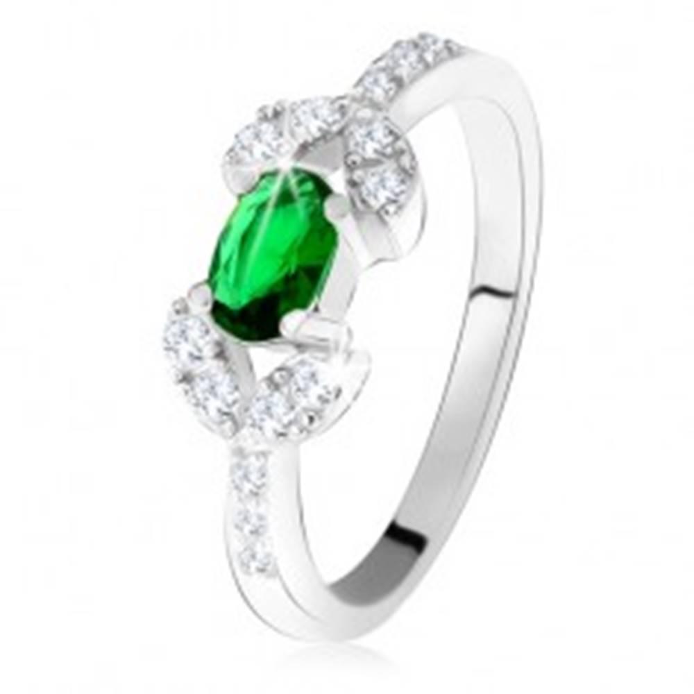 Šperky eshop Strieborný prsteň 925, tmavozelený oválny kameň, dve zrnká z čírych zirkónov - Veľkosť: 49 mm