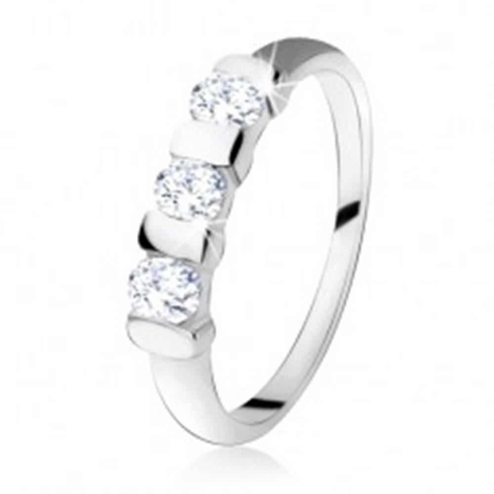Šperky eshop Strieborný prsteň 925, tri oválne zirkóny predelené úzkym pásikom - Veľkosť: 48 mm