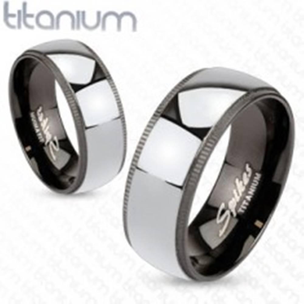 Šperky eshop Titánová obrúčka striebristej farby s čiernym ozdobným okrajom - Veľkosť: 49 mm