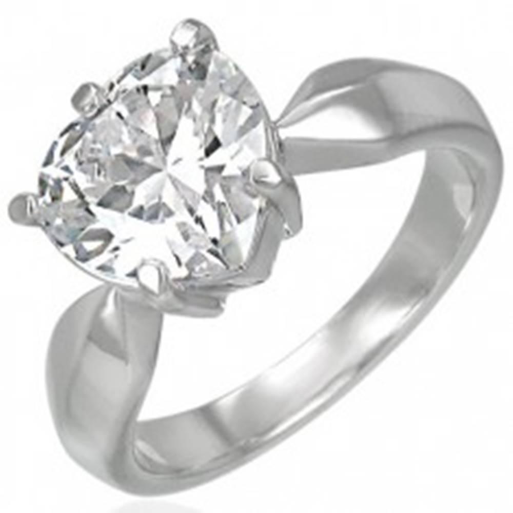 Šperky eshop Zásnubný prsteň s veľkým čírym zirkónom v tvare srdca - Veľkosť: 49 mm