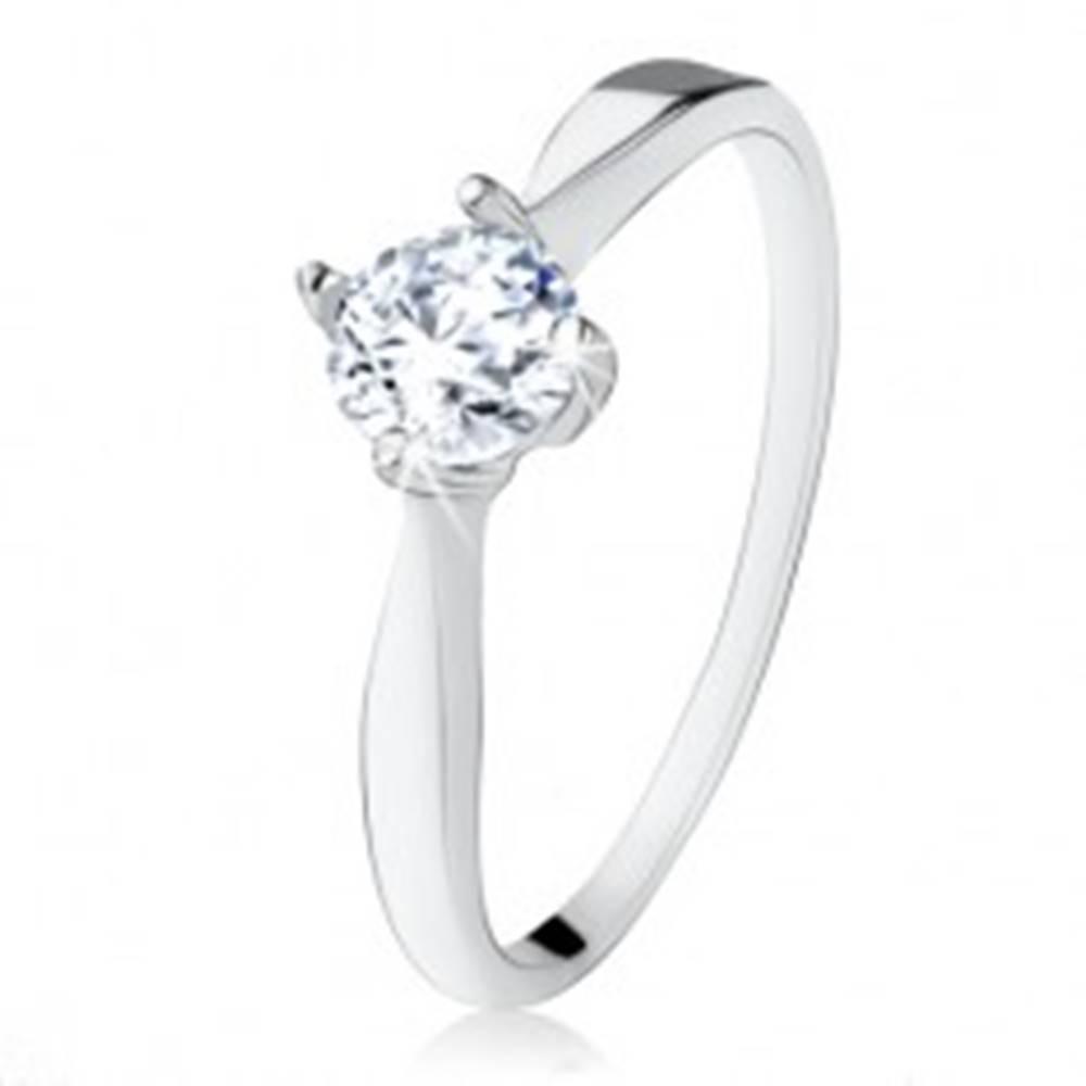 Šperky eshop Zásnubný strieborný prsteň 925, brúsený číry zirkón, úzke ramená - Veľkosť: 48 mm