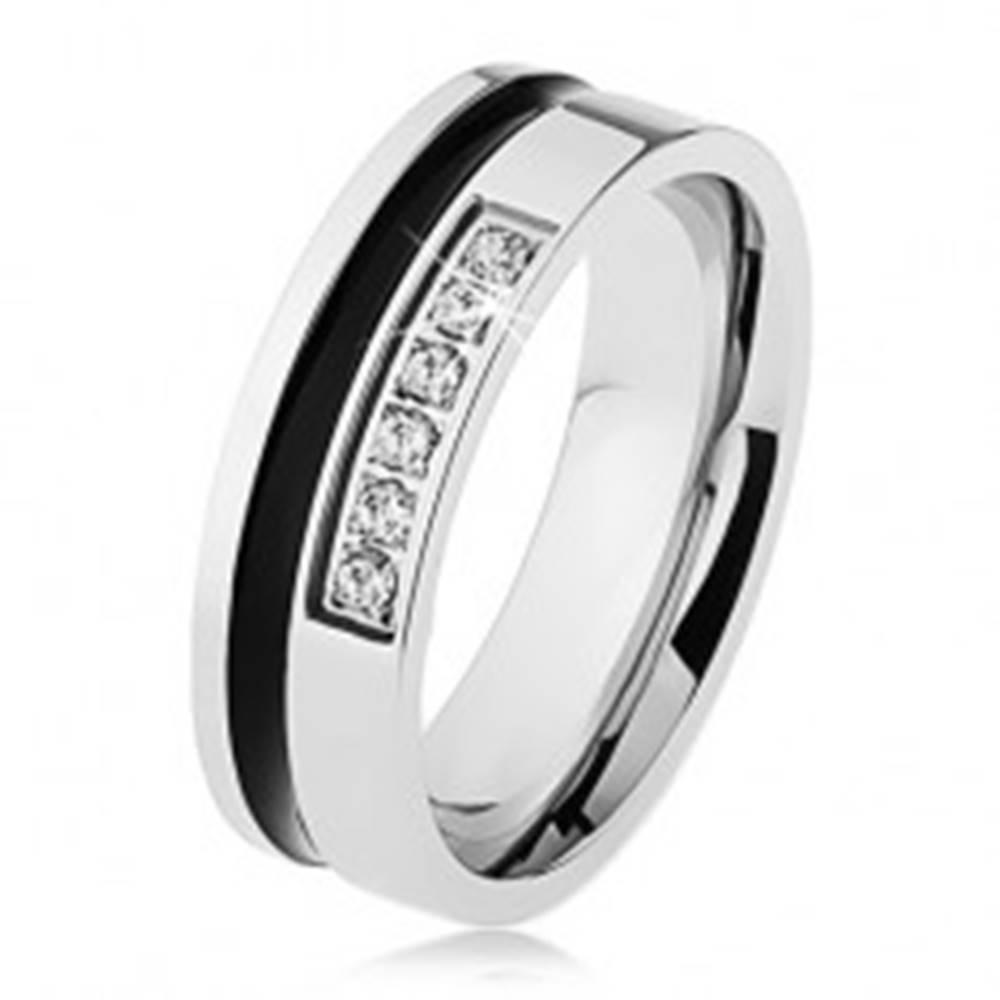 Šperky eshop Zrkadlovolesklá oceľová obrúčka striebornej farby, čierny pruh, línia zirkónov - Veľkosť: 54 mm