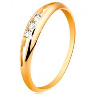 Prsteň zo žltého 14K zlata - tri okrúhle číre zirkóny v úzkom výreze, lesklé ramená - Veľkosť: 49 mm