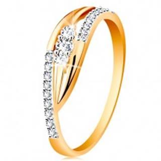 Zlatý prsteň 585 - lesklé zahnuté ramená, trblietavé pásy a tri zirkóny - Veľkosť: 49 mm
