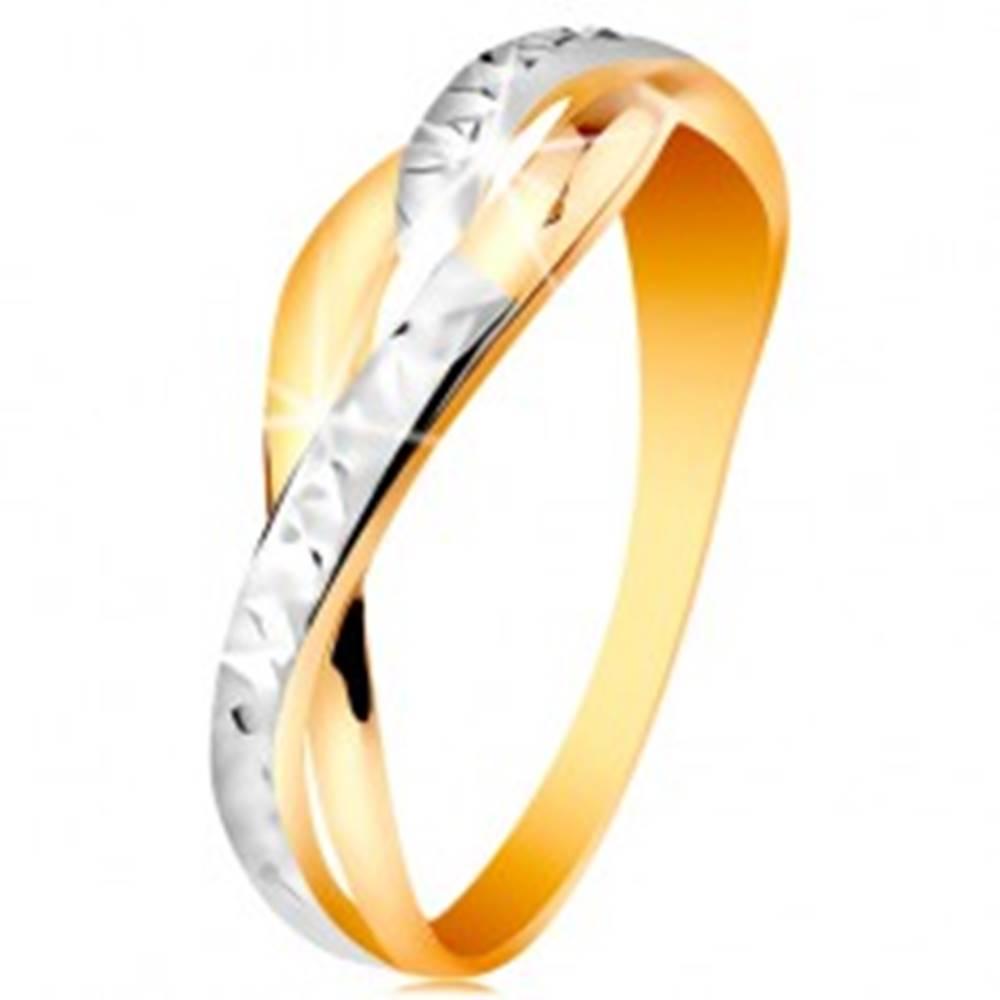 Šperky eshop Dvojfarebný prsteň v 14K zlate - rozdelené a zvlnené línie ramien, ligotavé zárezy - Veľkosť: 48 mm