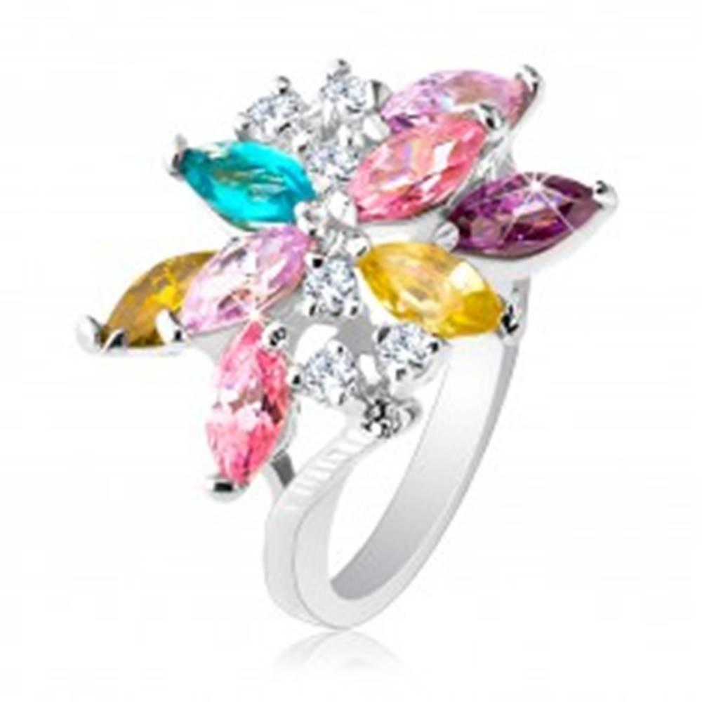 Šperky eshop Ligotavý prsteň striebornej farby, veľký asymetrický kvet z farebných zirkónov - Veľkosť: 49 mm