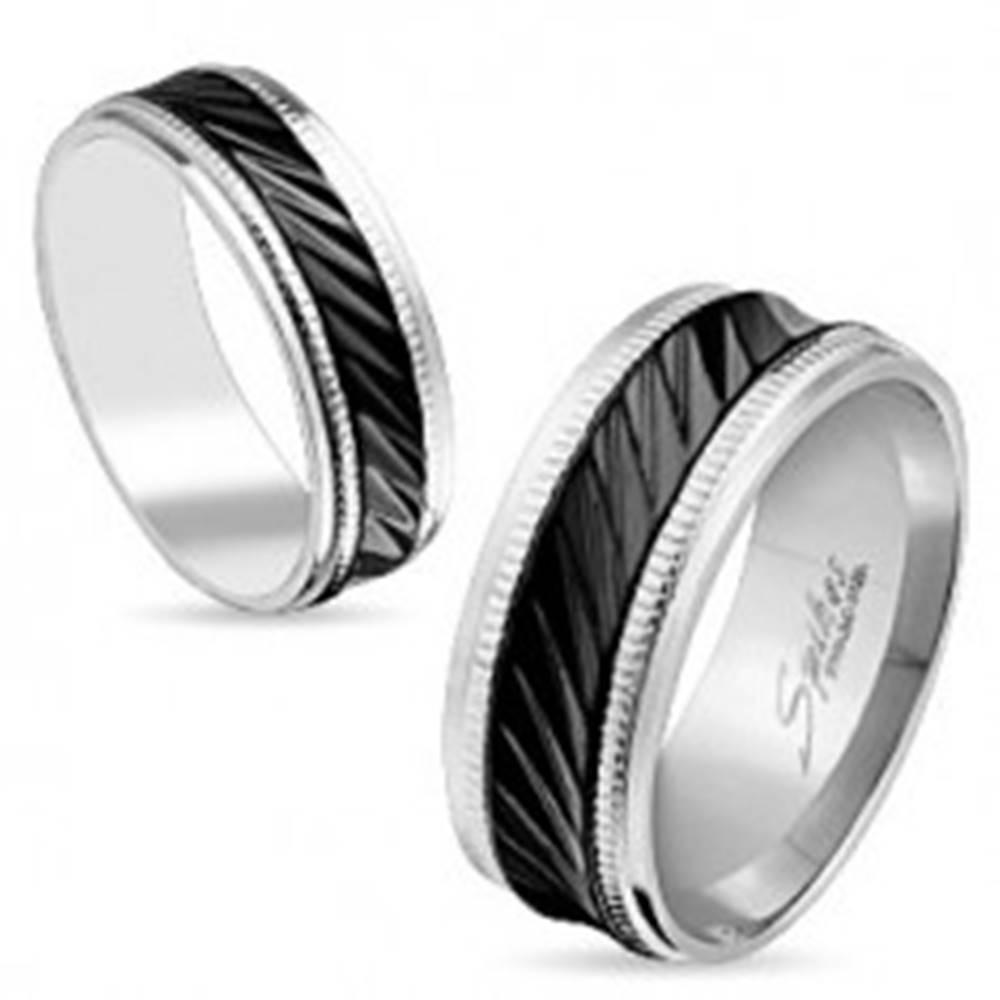 Šperky eshop Oceľová obrúčka striebornej farby, čierny pás so šikmými zárezmi, vrúbky, 6 mm - Veľkosť: 49 mm
