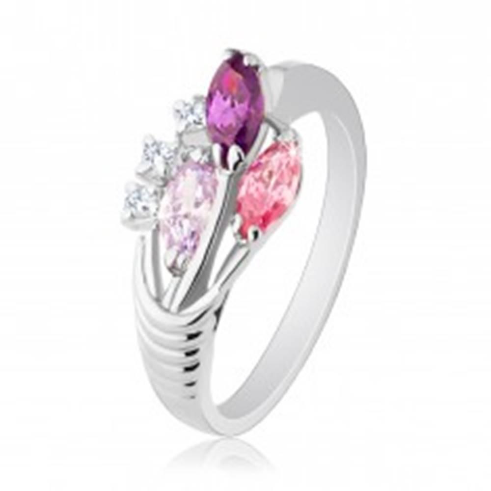 Šperky eshop Prsteň striebornej farby, tri farebné zirkónové zrnká, číre zirkóny - Veľkosť: 51 mm