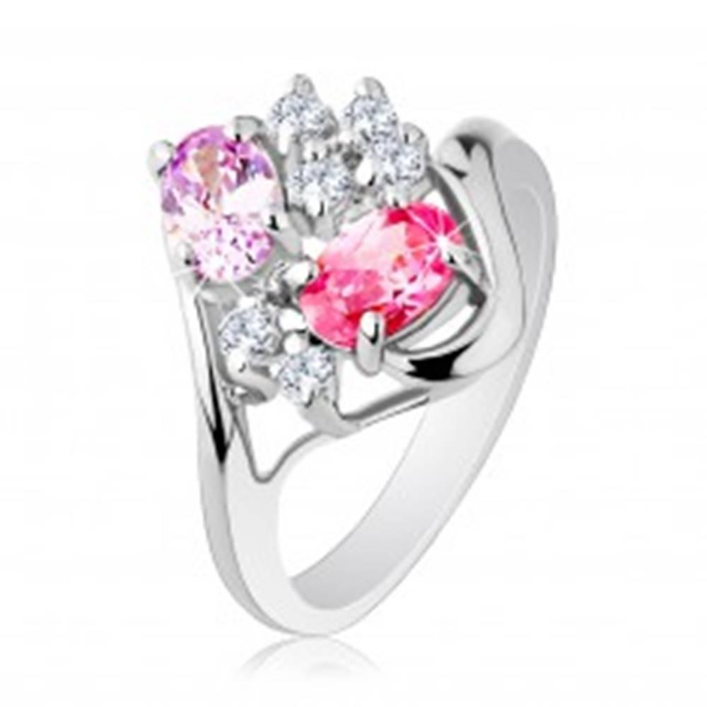Šperky eshop Prsteň striebornej farby, zvlnené konce ramien, číre a farbené zirkóny - Veľkosť: 51 mm
