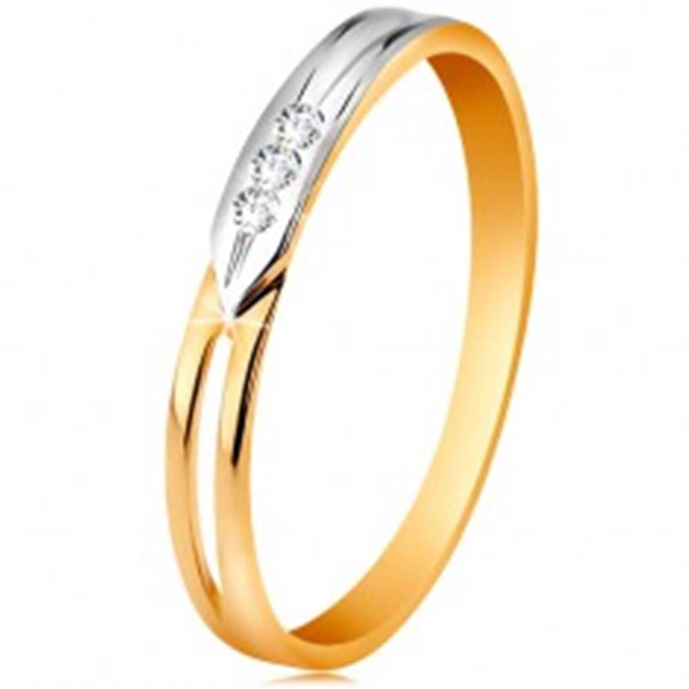Šperky eshop Prsteň zo 14K zlata, dvojfarebné ramená s výrezom a troma čírymi zirkónikmi - Veľkosť: 49 mm