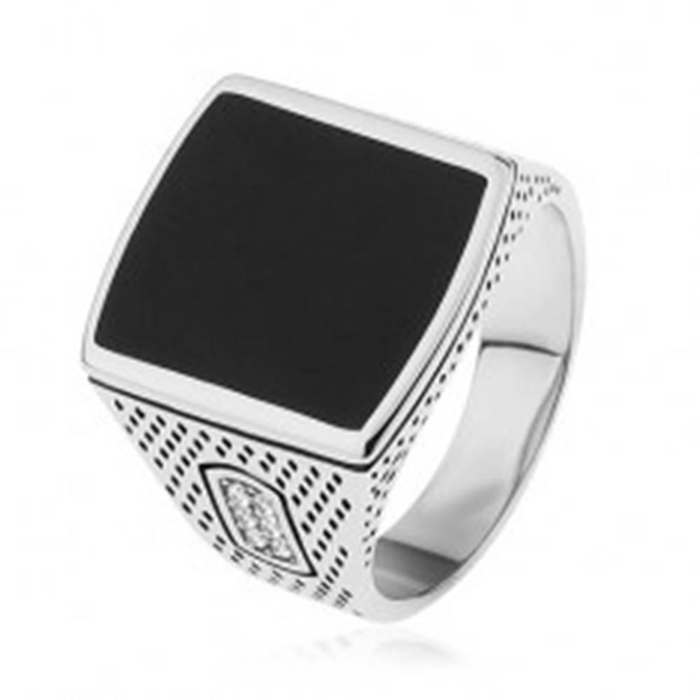 Šperky eshop Prsteň zo striebra 925, obdĺžnik s čiernou glazúrou, gravírované ramená, zirkóny - Veľkosť: 53 mm