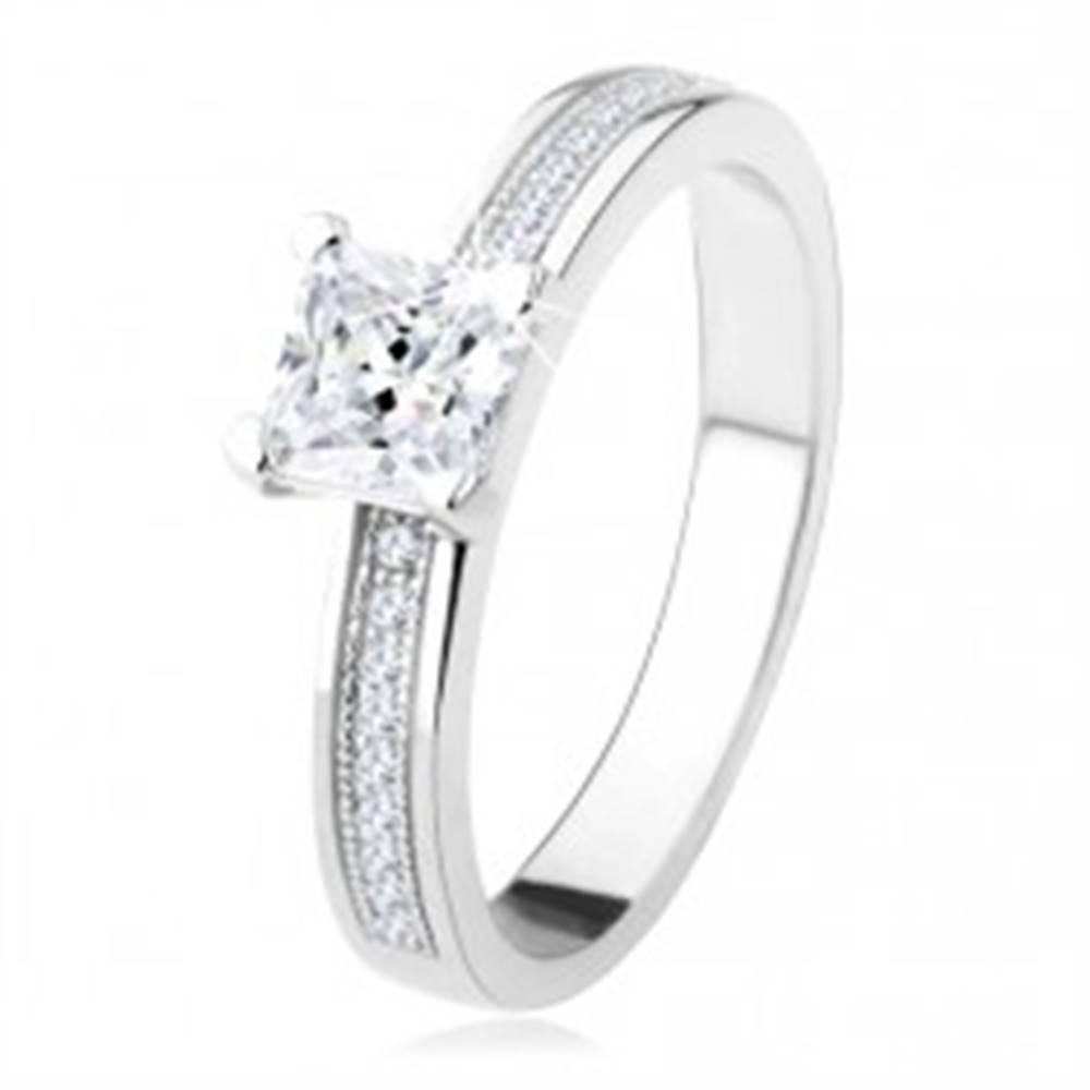Šperky eshop Strieborný zásnubný prsteň 925 - štvorcový zirkón, kamienky na ramenách - Veľkosť: 49 mm