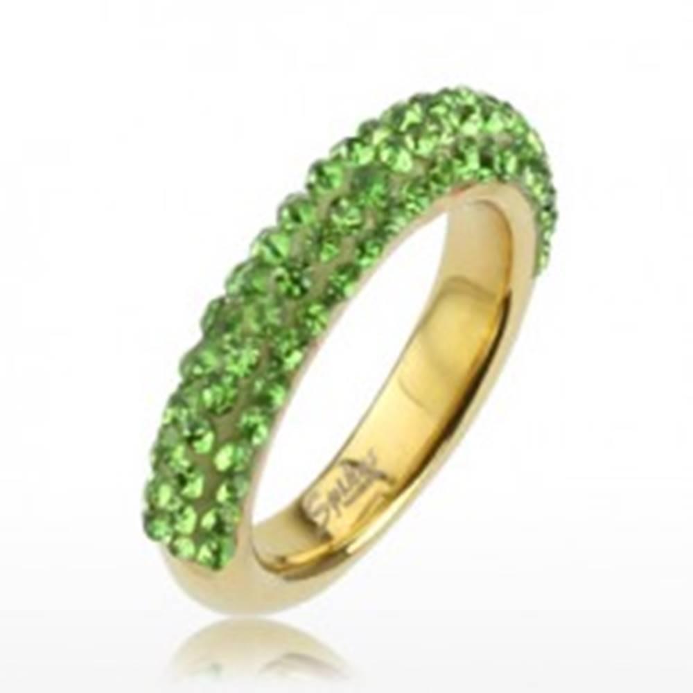 Šperky eshop Trblietavý prsteň zlatej farby z ocele, línie svetlozelených kamienkov - Veľkosť: 49 mm