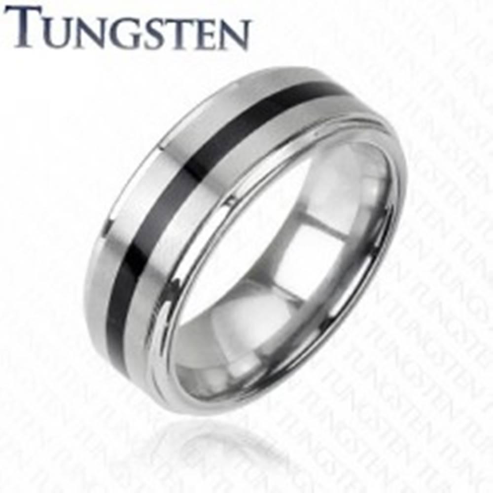 Šperky eshop Wolfrámový prsteň striebornej farby - čierny stredový pás - Veľkosť: 49 mm