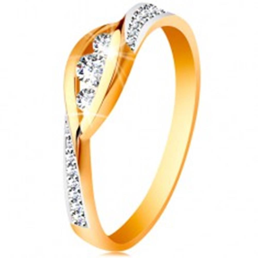 Šperky eshop Zlatý 14K prsteň - lesklé zahnuté konce ramien, tri zirkóny a trblietavé pásy - Veľkosť: 49 mm