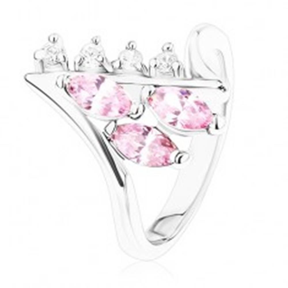 Šperky eshop Lesklý prsteň striebornej farby, zahnuté konce ramien, číre a ružové zirkóny - Veľkosť: 49 mm