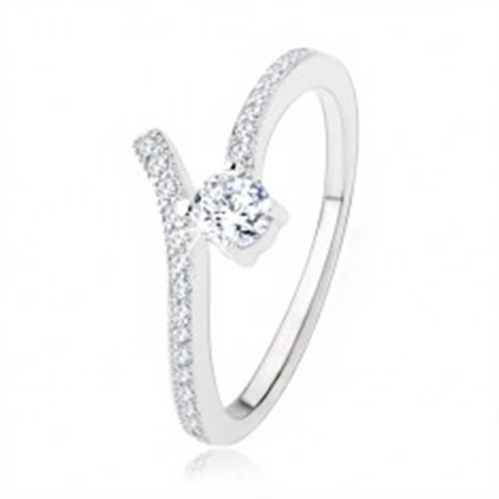 Šperky eshop Strieborný zásnubný prsteň 925, rozdvojené ramená, číre zirkóny - Veľkosť: 51 mm