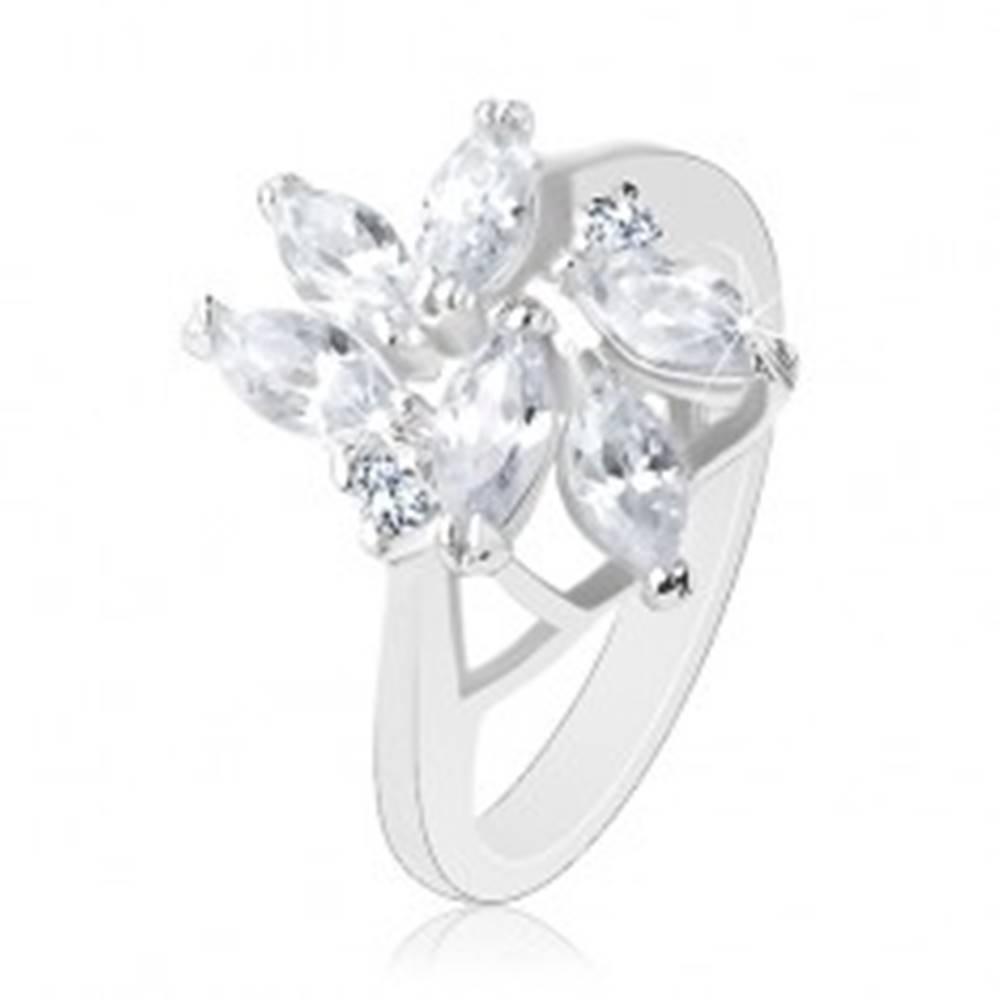 Šperky eshop Ligotavý prsteň v striebornej farbe, brúsené číre zrniečka, okrúhle zirkóniky - Veľkosť: 49 mm
