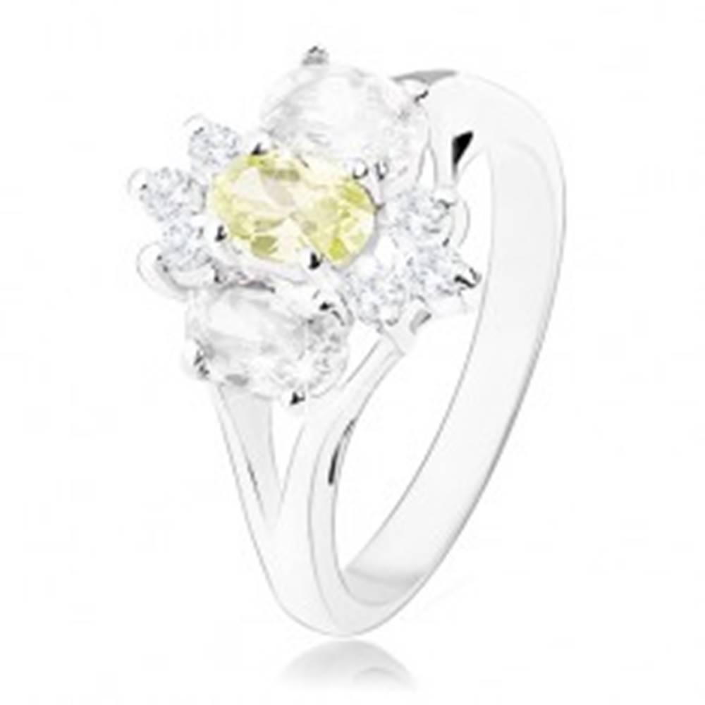 Šperky eshop Ligotavý prsteň v striebornom odtieni, rozdelené ramená, žlto-číry kvet - Veľkosť: 55 mm