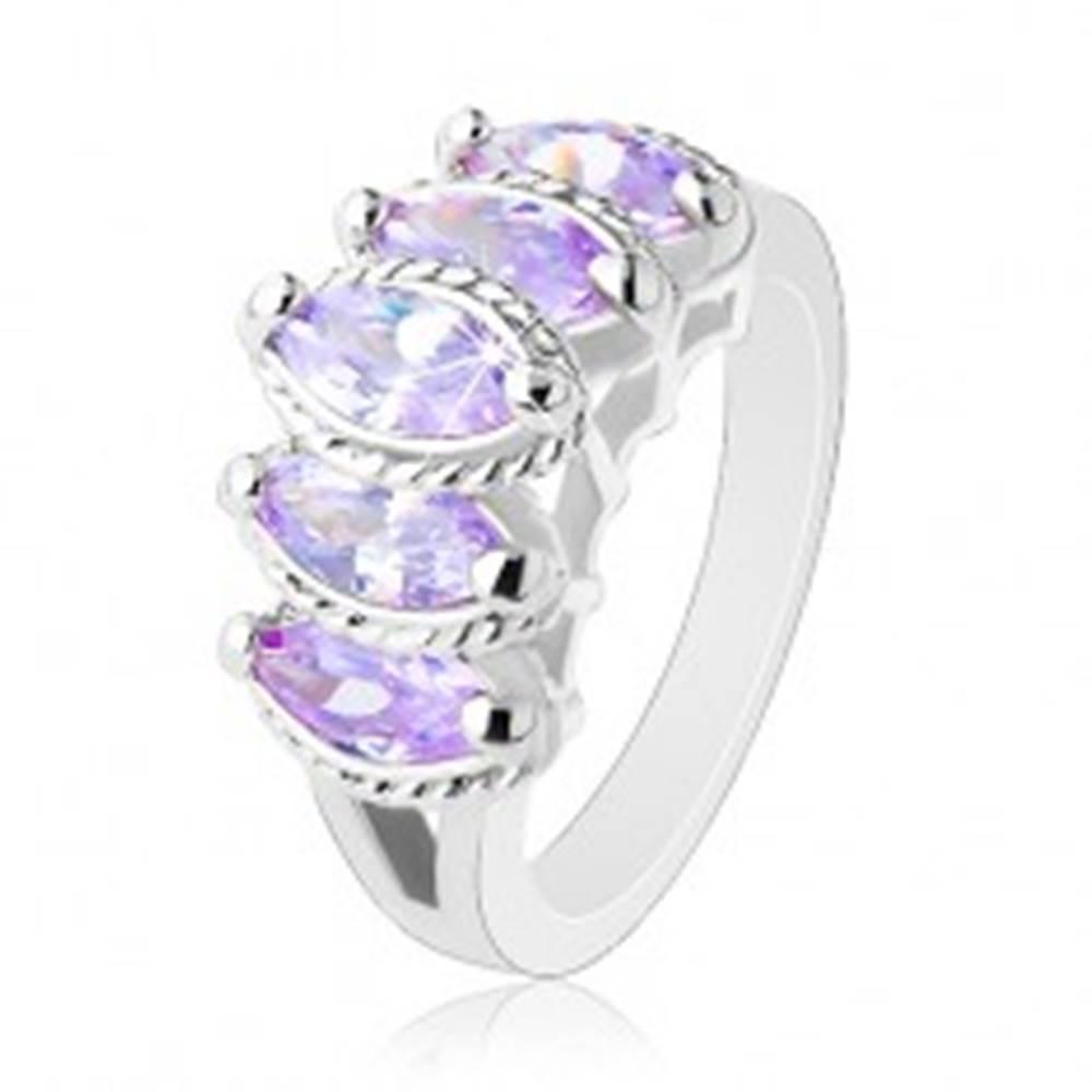 Šperky eshop Prsteň striebornej farby, vystupujúce brúsené zrnká fialovej farby, vrúbky - Veľkosť: 51 mm