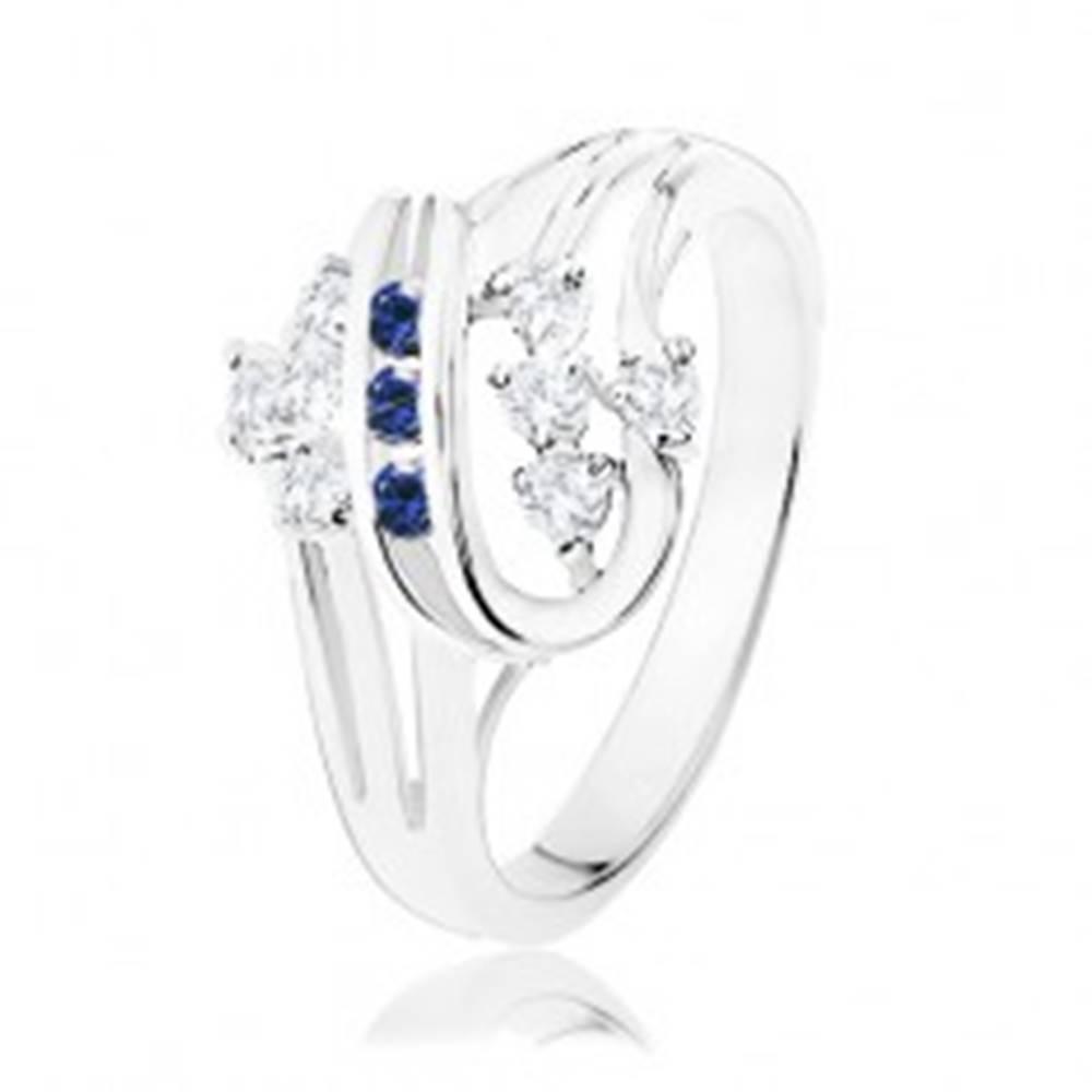 Šperky eshop Prsteň v striebornom odtieni, zatočené línie, tmavomodré a číre zirkóny - Veľkosť: 50 mm