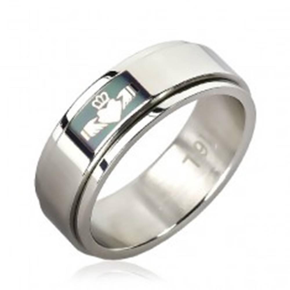 Šperky eshop Prsteň z chirurgickej ocele - zelené pole, srdce v rukách - Veľkosť: 51 mm