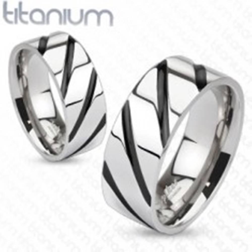 Šperky eshop Prsteň z titánu - lesklý  pás v striebornej farbe, čierne šikmé pruhy - Veľkosť: 48 mm