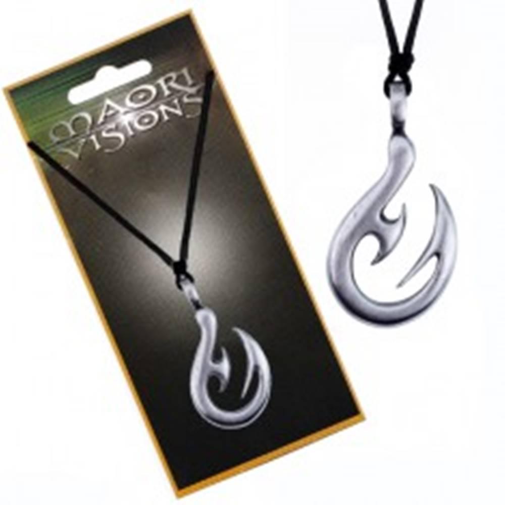 Šperky eshop Šnúrkový náhrdelník - lesklý kovový prívesok s podobou háka