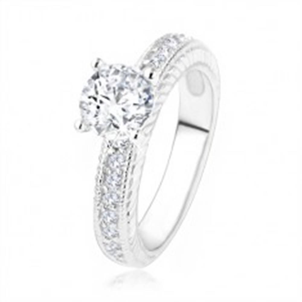 Šperky eshop Strieborný zásnubný prsteň 925 - číry kamienok, gravírované ramená so zirkónikmi - Veľkosť: 49 mm