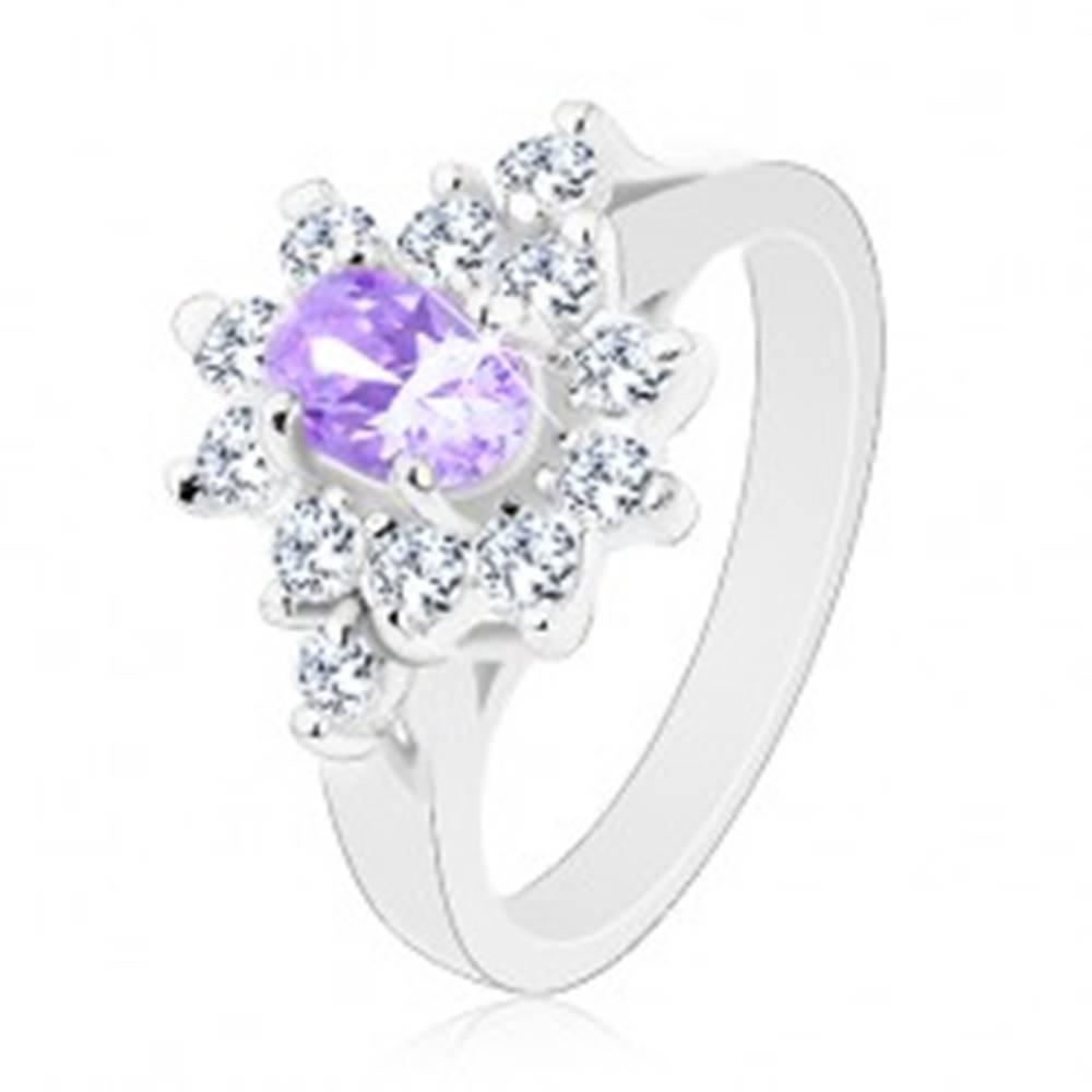 Šperky eshop Ligotavý prsteň v striebornej farbe, brúsený svetlofialový ovál, číre zirkóniky - Veľkosť: 49 mm