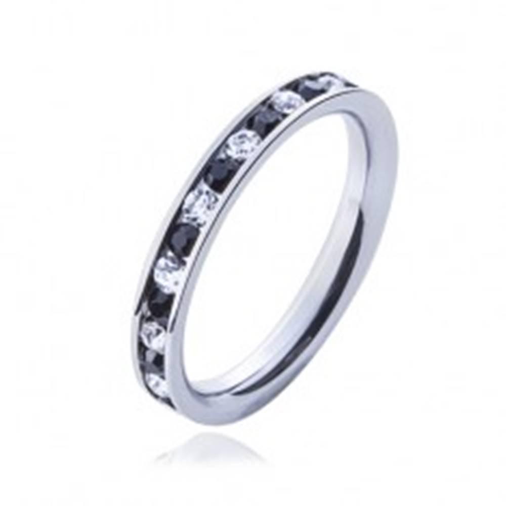 Šperky eshop Oceľový prsteň - číre a čierne kamienky - Veľkosť: 49 mm