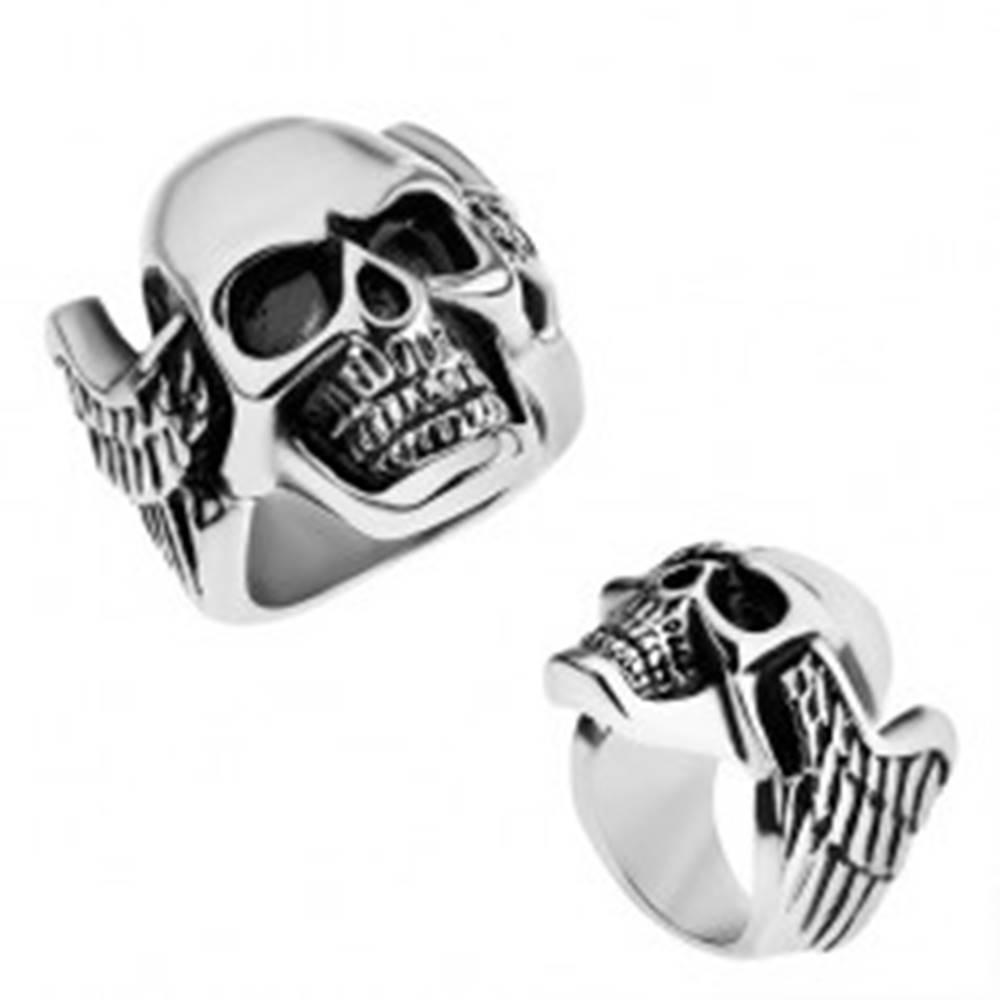 Šperky eshop Oceľový prsteň, strieborná farba, patinovaná lebka s krídlami - Veľkosť: 55 mm