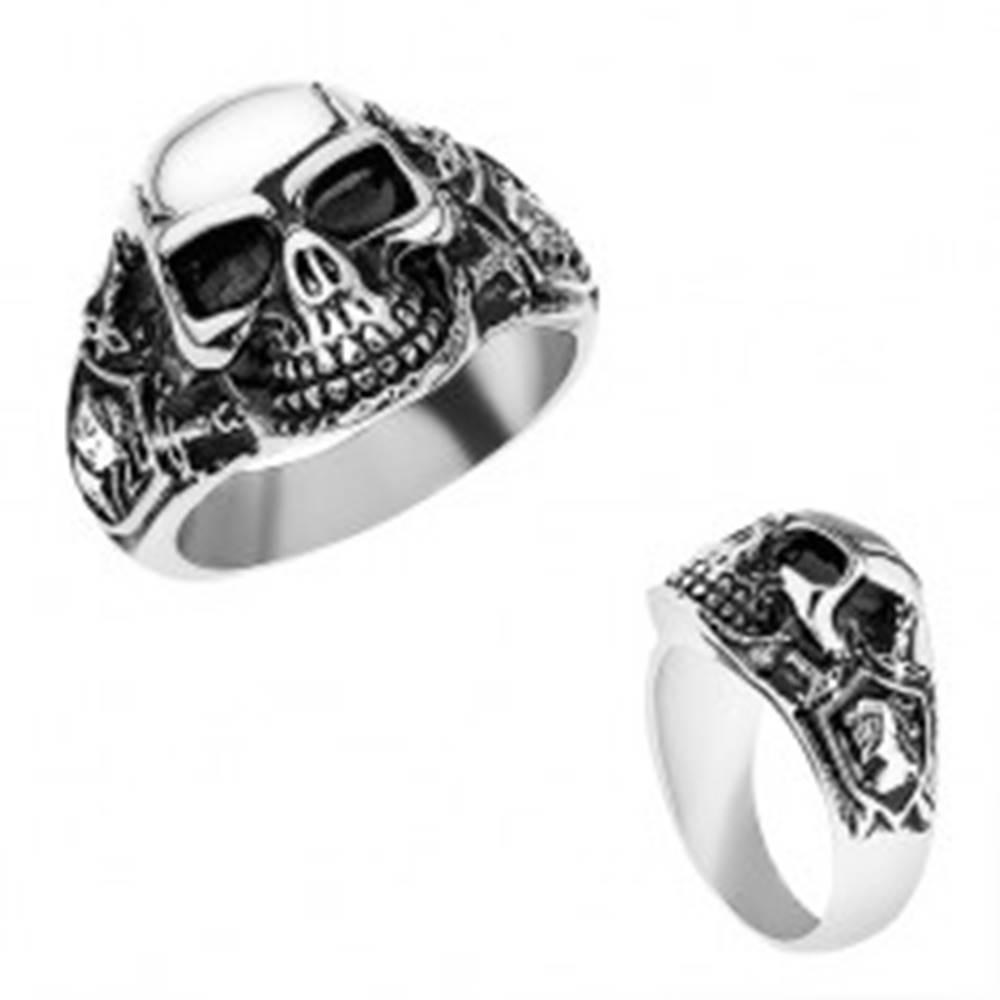 Šperky eshop Oceľový prsteň striebornej farby, vypuklá lebka s patinou, rytier, meče - Veľkosť: 56 mm