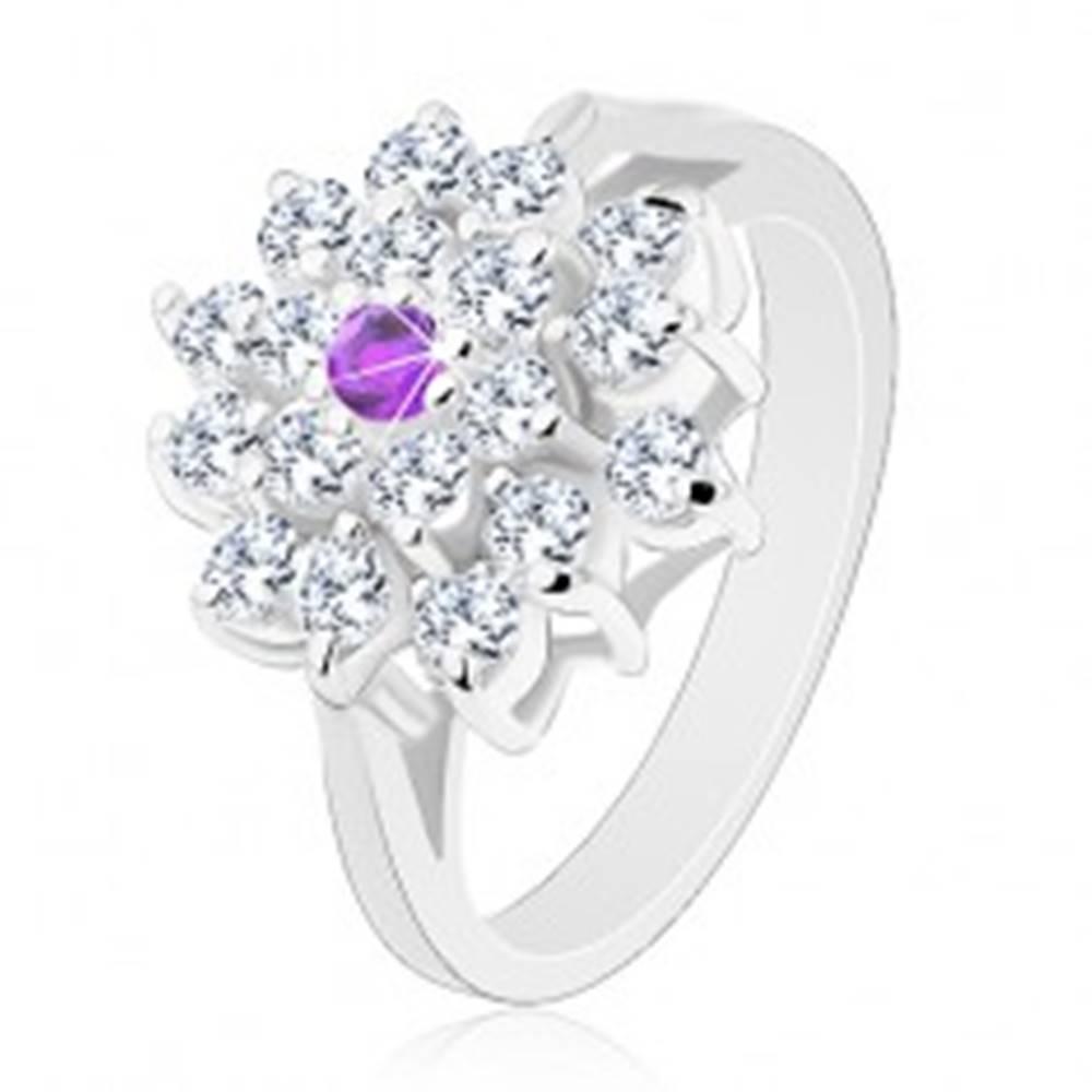 Šperky eshop Prsteň striebornej farby, veľký číry kvet s fialovým zirkónom v strede - Veľkosť: 51 mm